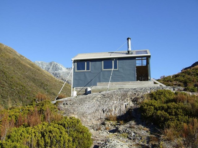 """New"" Bluff hut  April 2011"