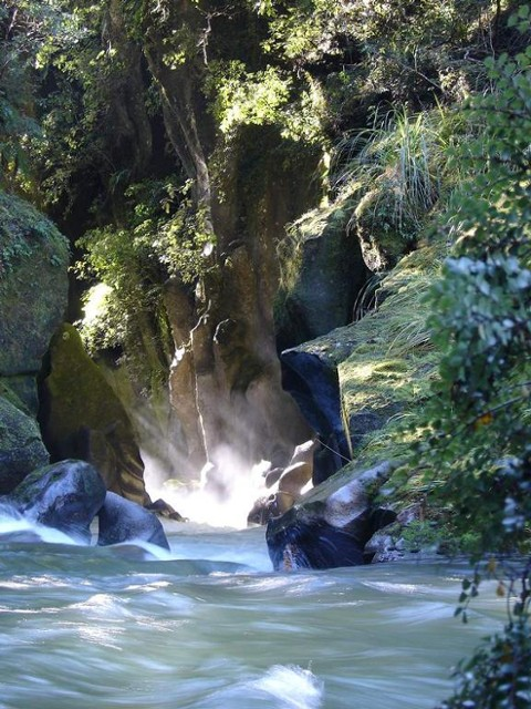 Sun on the water. Tauranga-Taupo River